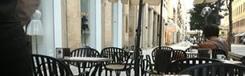 Caffè Quickly, eenzaam tussen chique winkels